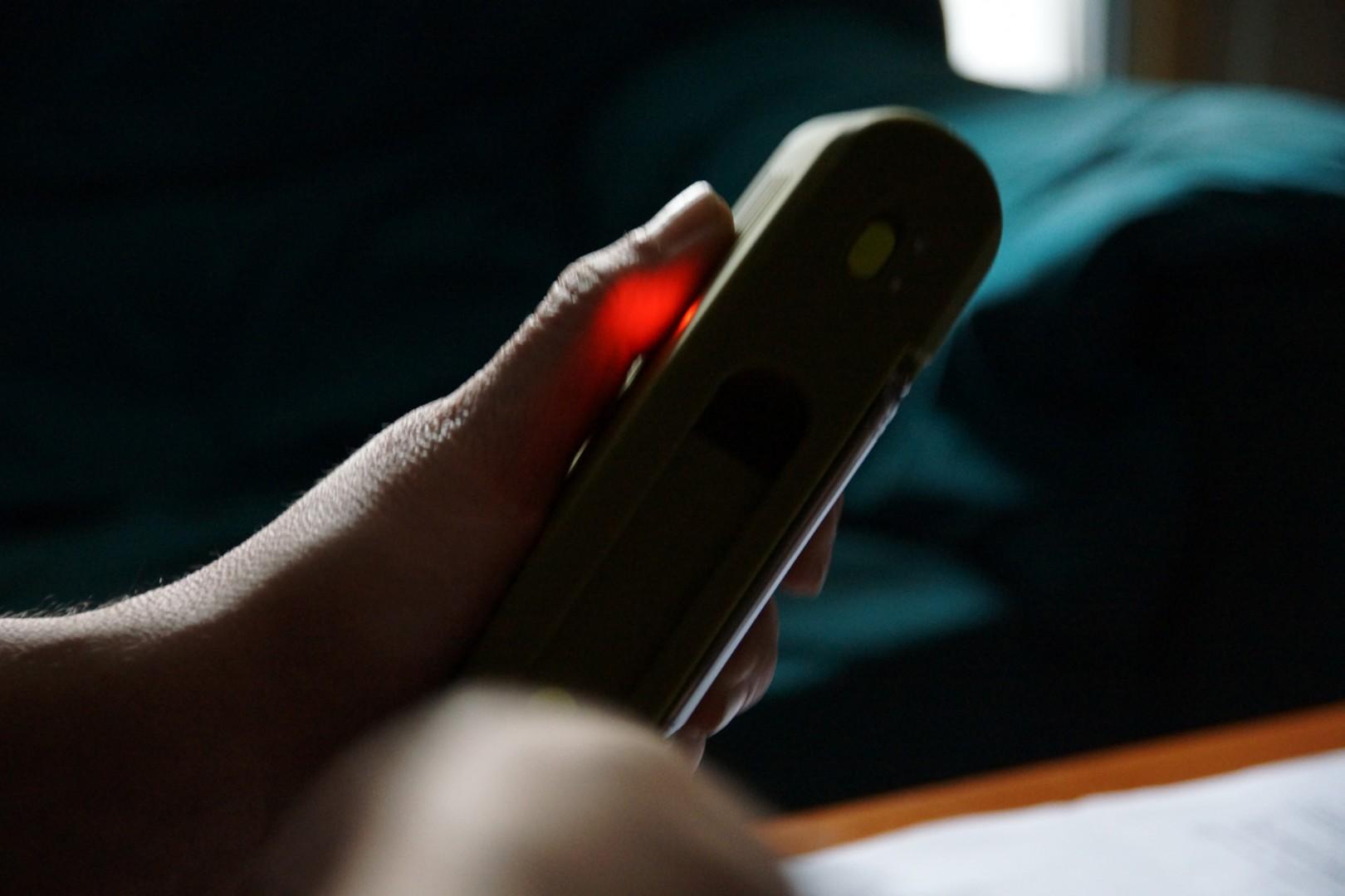 Antonio recharge son téléphone portable à l'aide d'une dynamo en plastique.